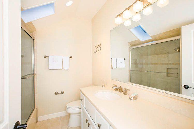Room 18 - Bathroom 02